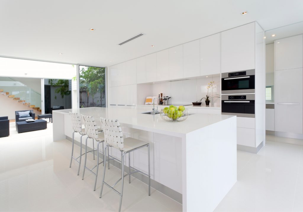 Cocina de Silestone Iconic White con isla