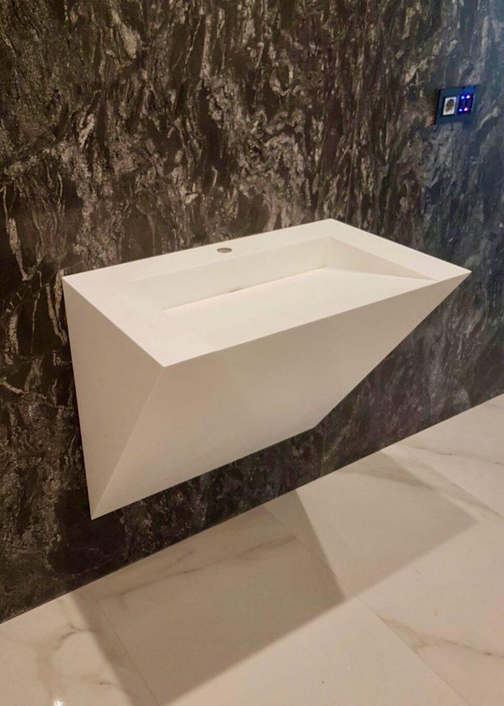 Lavabo con diseño cascada en Silestone Blanco Norte